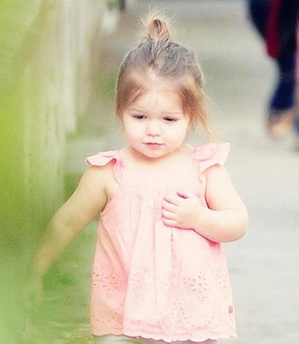 Bé gái có thân hình tròn trịa khi chọn đồ cần chú ý điều gì